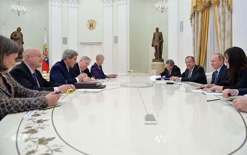 Президент России Владимир Путин и государственный секретарь США Джон Керри во время встречи