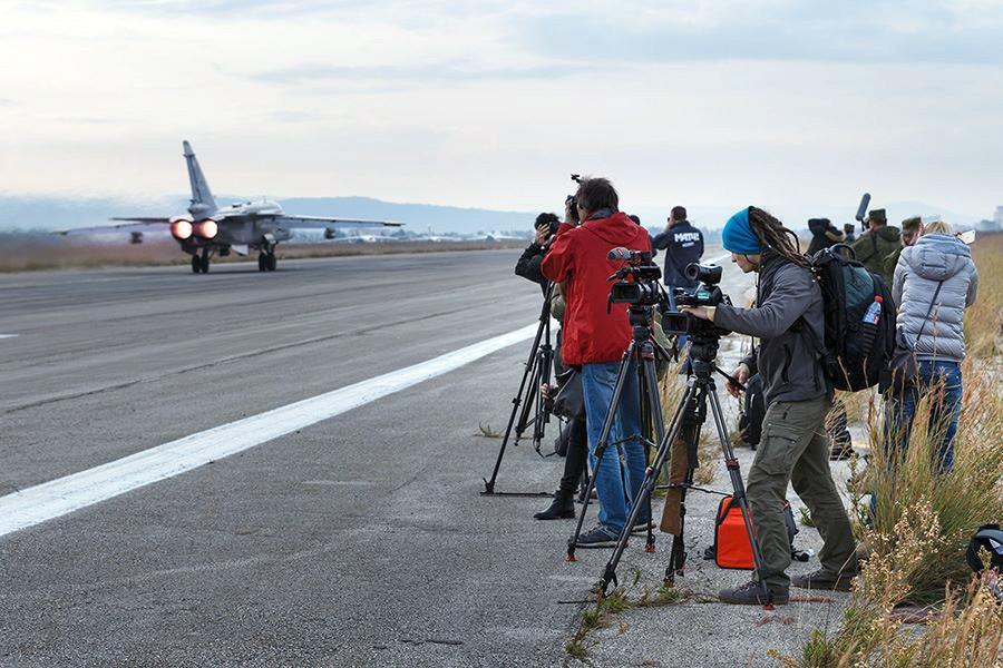 Пресса снимает взлёт истребителя Су-24 авиационной группировки ВКС России