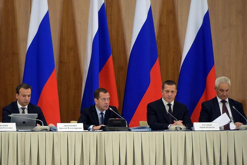 Председатель правительства России Дмитрий Медведев проводит совместное заседание правительственной комиссии