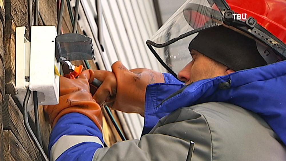Электрик устраняет незаконное подключение