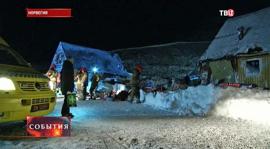 На месте схода снежной лавины в Норвегии