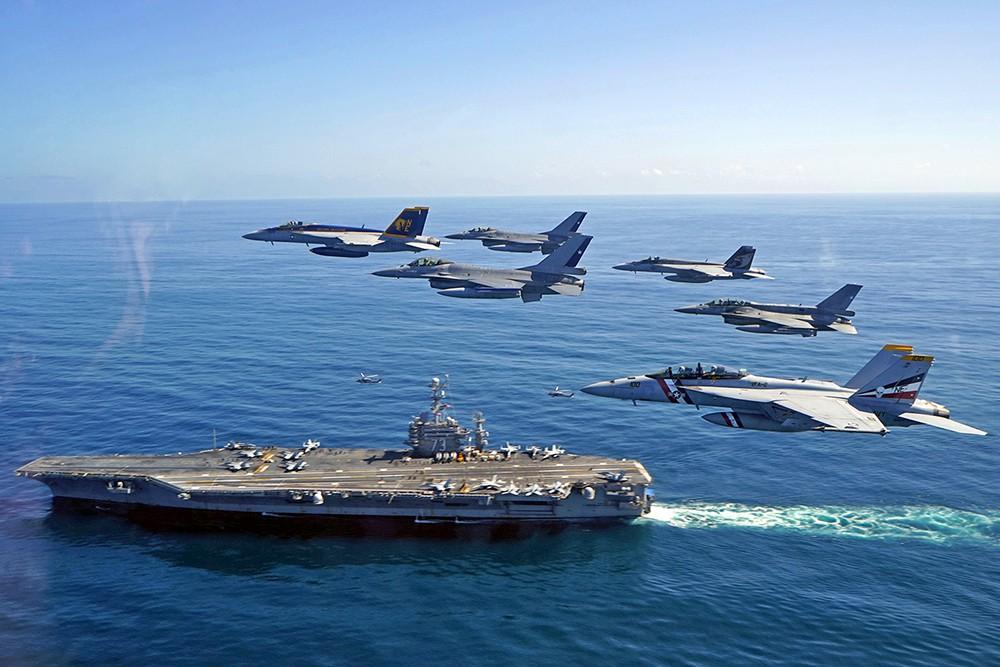 Истребители ВВС коалиции над авианосцем