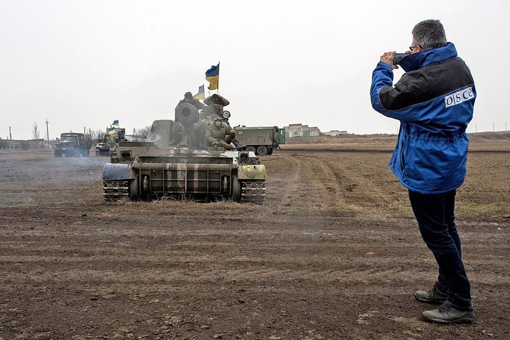 Наблюдатели ОБСЕ следят за отводом вооружения в Донбассе