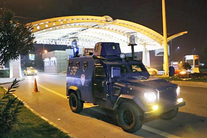 Турецкая полиция в аэропорту Стамбула имени Сабихи Гёкчен