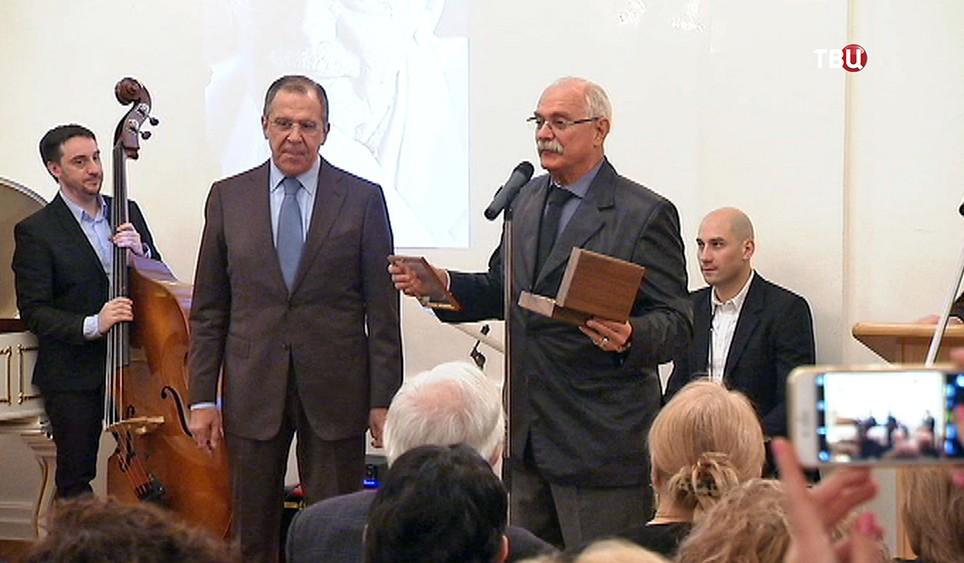 Никита Михалков вручают Сергею Лаврову медаль Сергея Михалкова