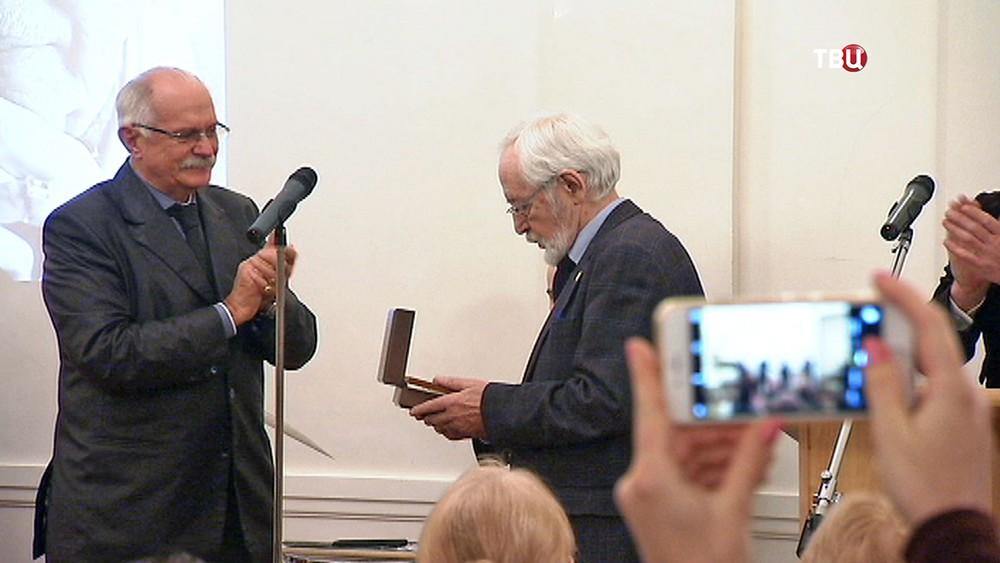 Никита Михалков вручают Василию Ливанову медаль Сергея Михалкова