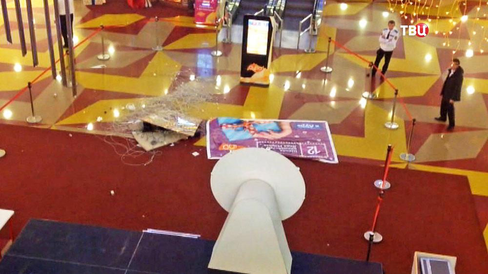 Пострадавший от обрушения люстры в ТЦ в Сургуте