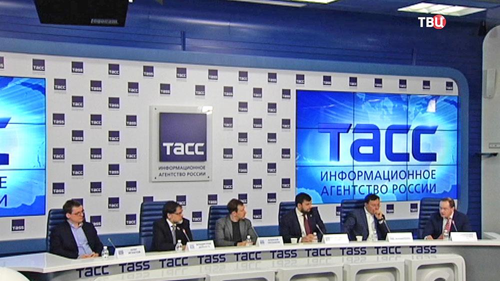 Пресс-конеренция полпреда ЛНР Владислава Дейнеги и полпреда ДНР Дениса Пушилина