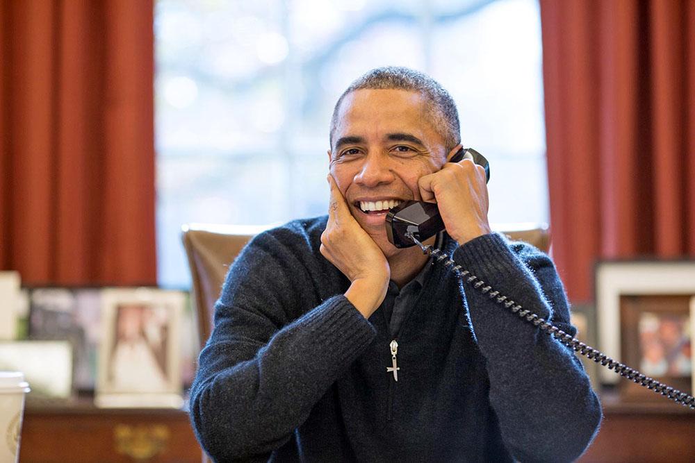 Президент США Барак Обама разговаривает по телефону