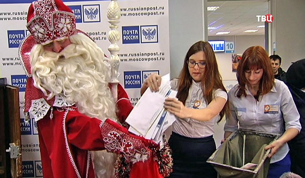 Дед Мороз забирает новогоднюю почту