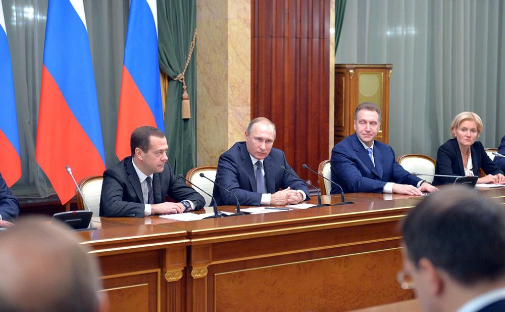 Владимир Путин и Дмитрий Медведев на совещании с членами правительства РФ
