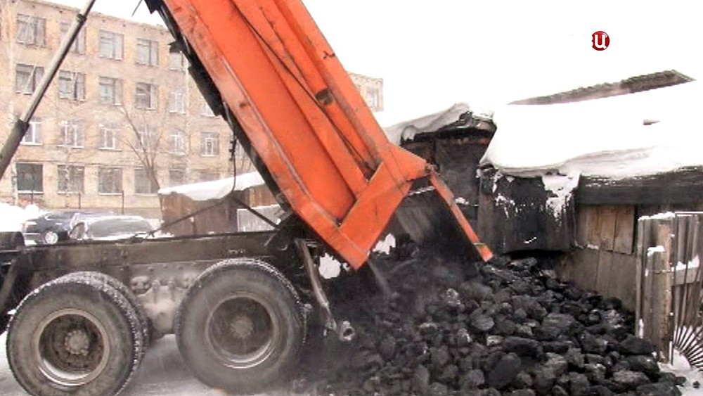 Грузовик вываливает уголь