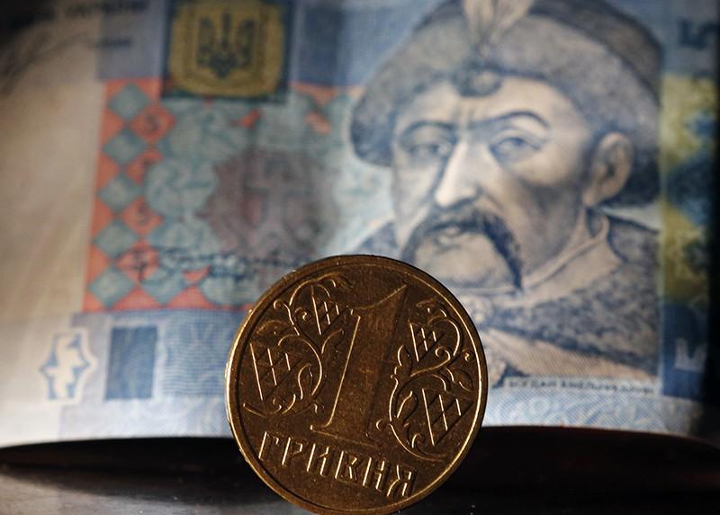 Денежные купюра и монета гривны Украины