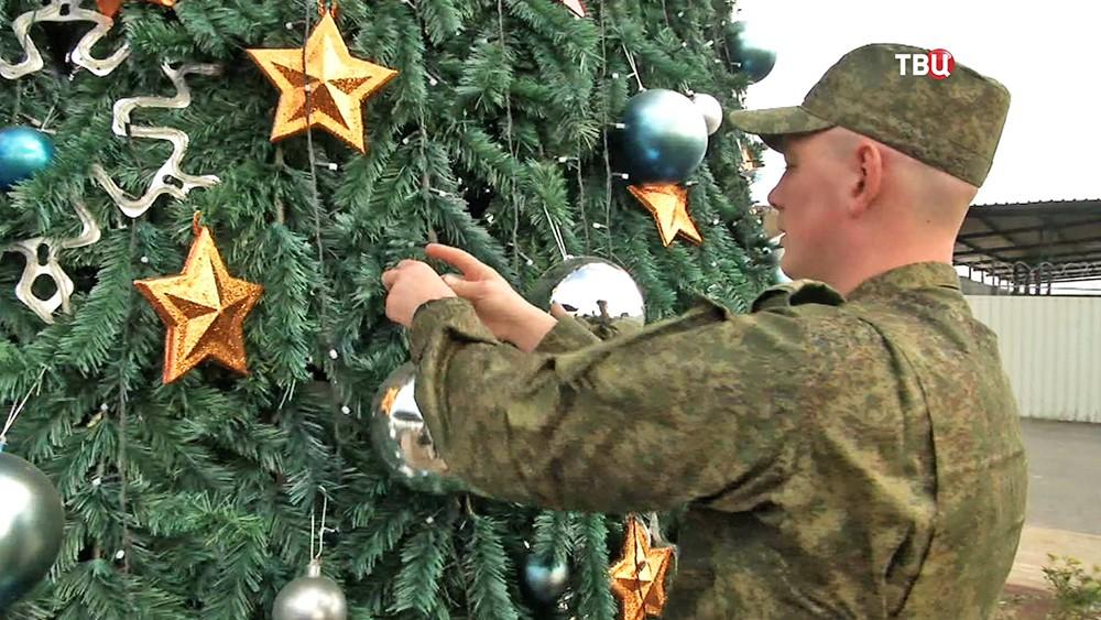 Российские военные на авиабазе в Сирии готовятся к новому году