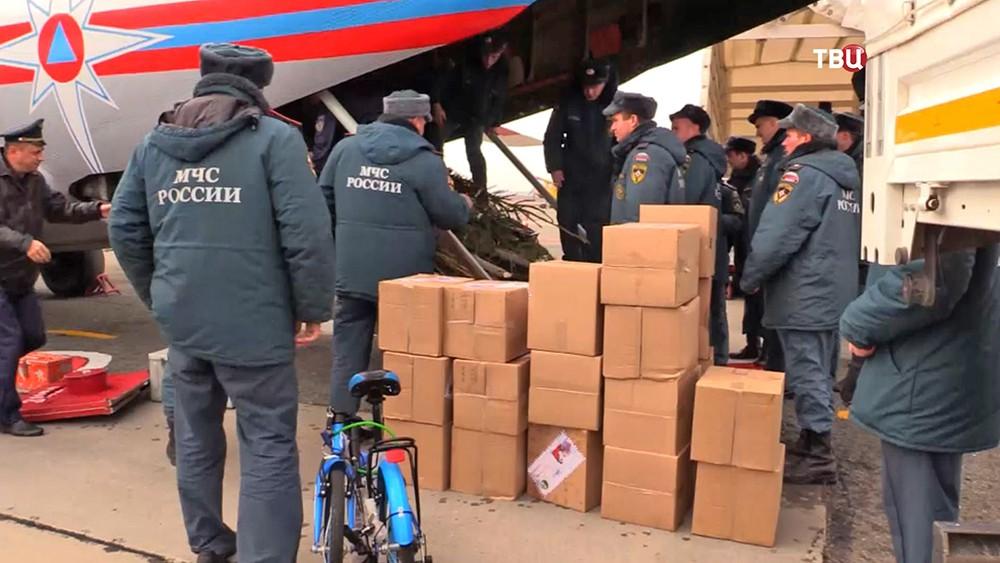 Спасатели МЧС разгружают гуманитарную помощь