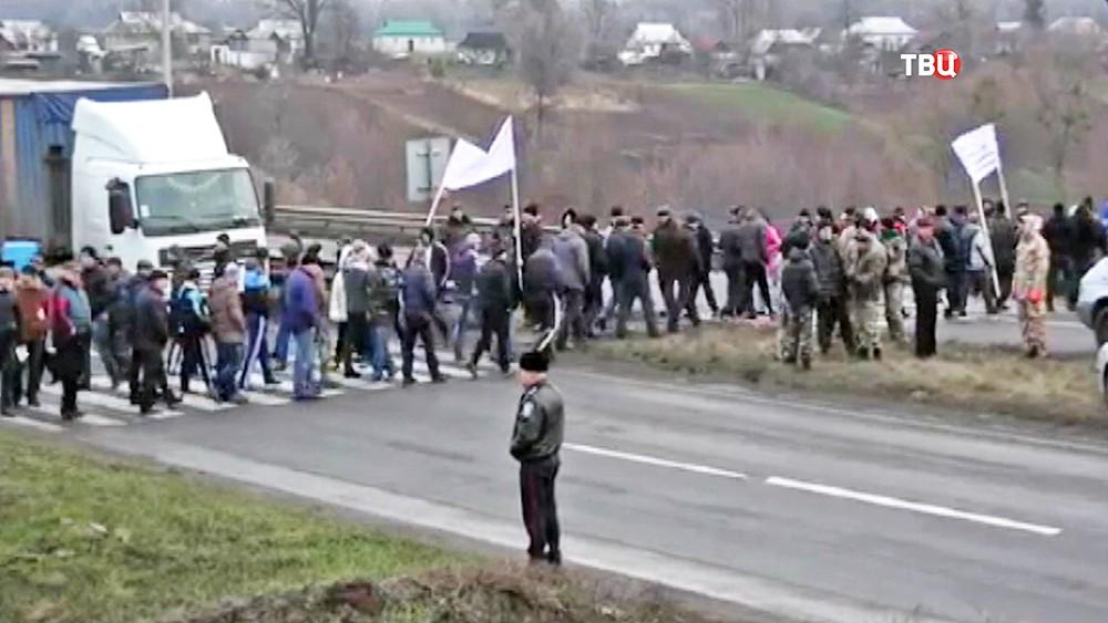 Украинские аграрии перекрыли дорогу