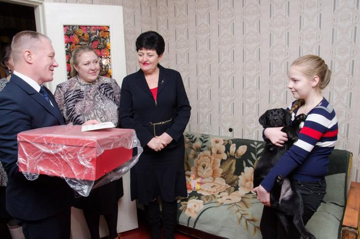 11-летней Ане Абрамовой вручают подаренного президентом щенка лабрадора-ретривера