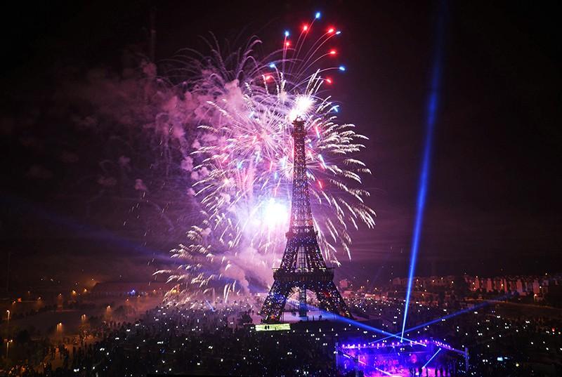 Новогодний салют в Париже