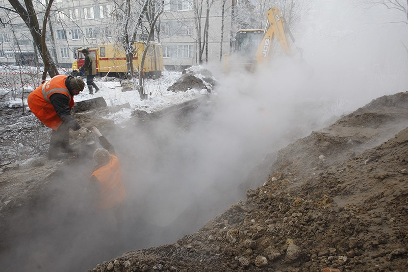 Сотрудники коммунальной службы ликвидируют прорыв трубы горячего водоснабжения