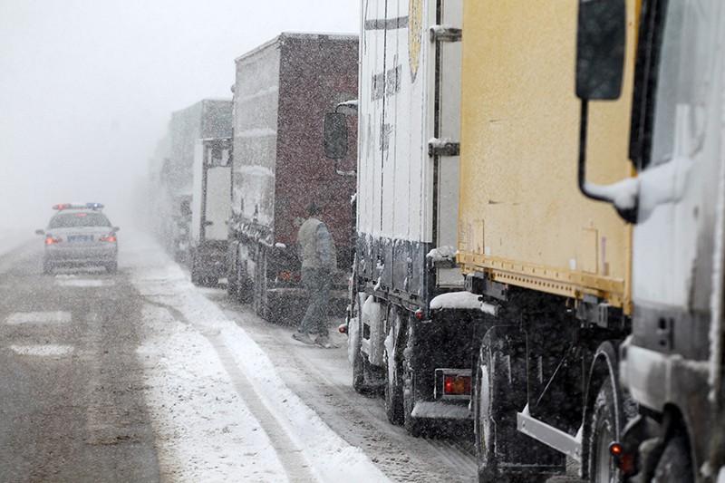 Пробка на трассе из-за сильного снегопада