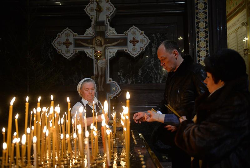 Верующие в храме Христа Спасителя в Москве