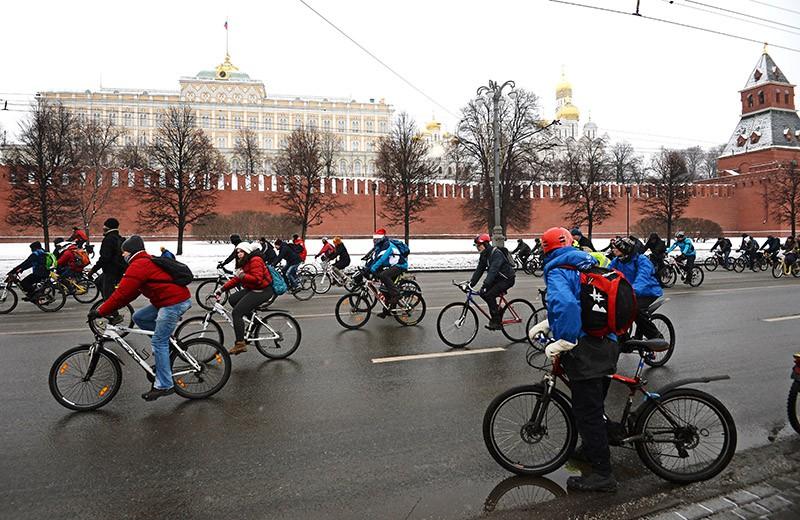 Участники первого зимнего велопарада в Москве
