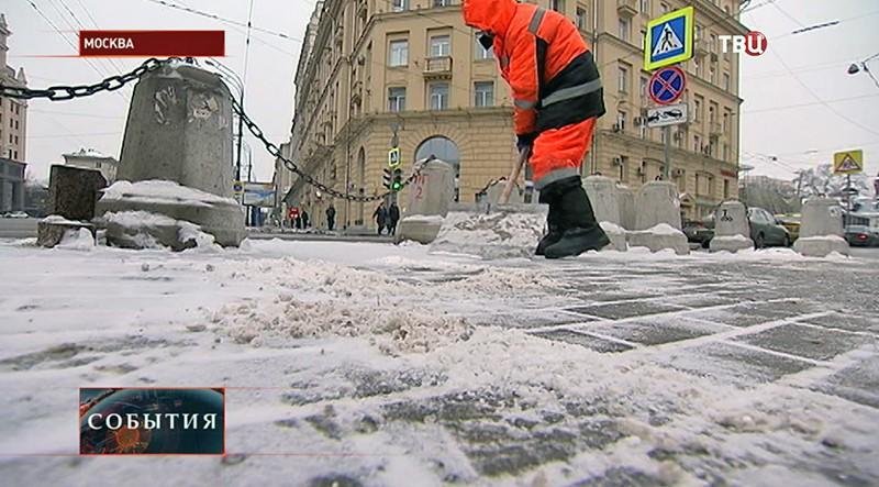 Коммунальщик чистит дорожки от снега