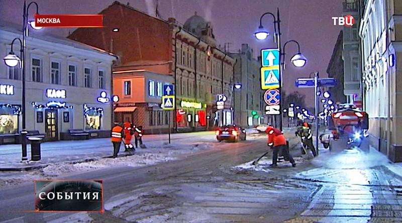 Коммунальщики чистят дорожки от снега