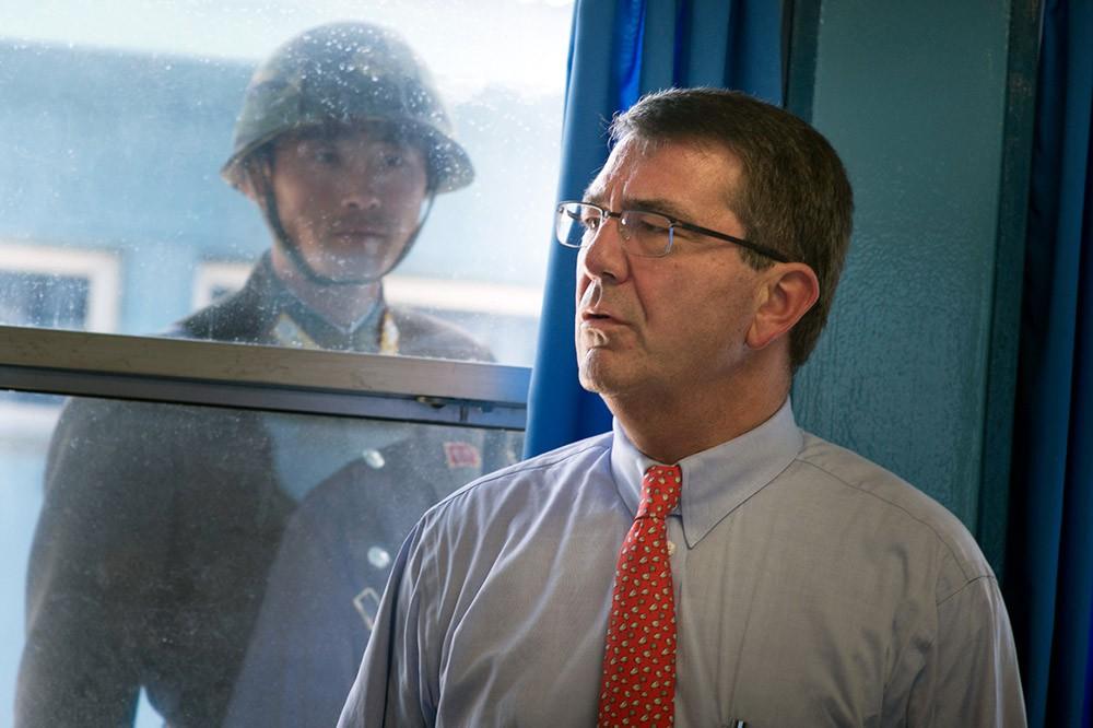 Глава Пентагона Эштон Картер и военнослужащий армии Северной Кореи