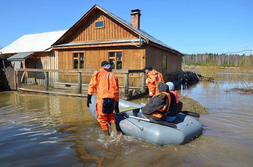Спасатели МЧС эвакуируют население из зоны наводнения