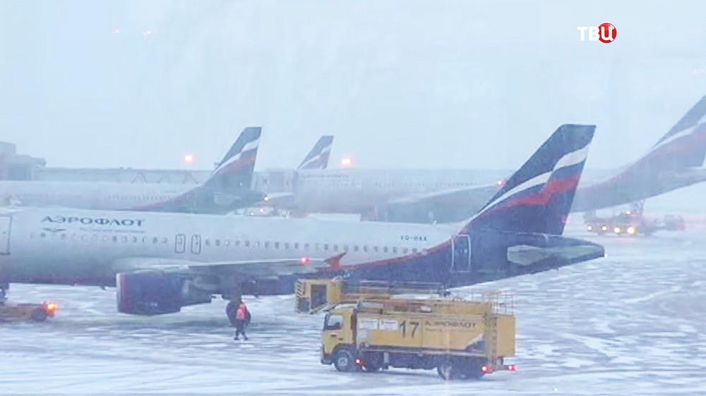 """Самолеты авиакомпании """"Аэрофлот"""" во время снегопада"""