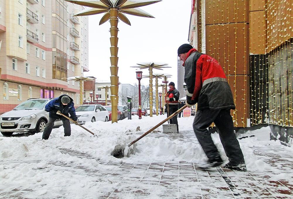 Дворники убирают снег