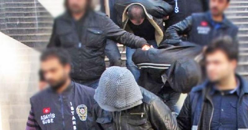 Турецкие полицейские ведут задержанных