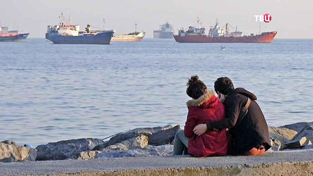 Жители Турции на берегу Басфора