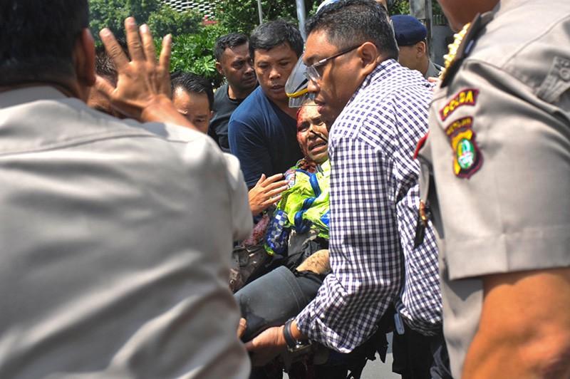 Эвакуация пострадавшего в теракте в Индонезии