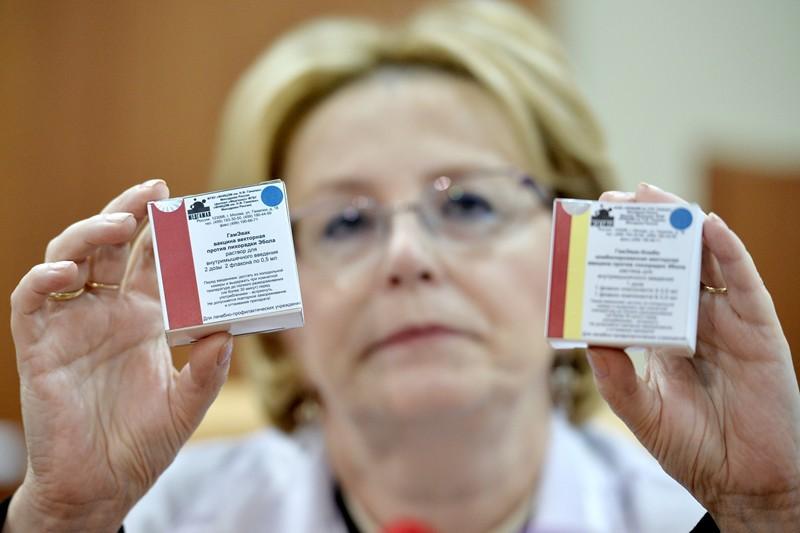 Министр здравоохранения Вероника Скворцова демонстрирует вакцину против лихорадки Эболы