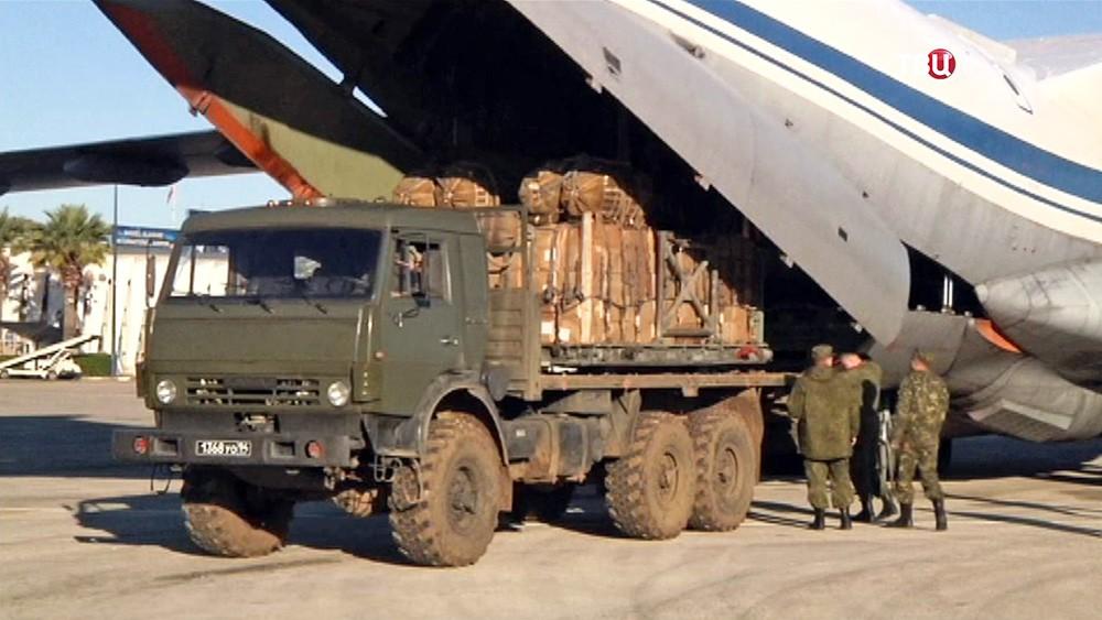 Военно-транспортный самолет доставил гуманитарную помощь