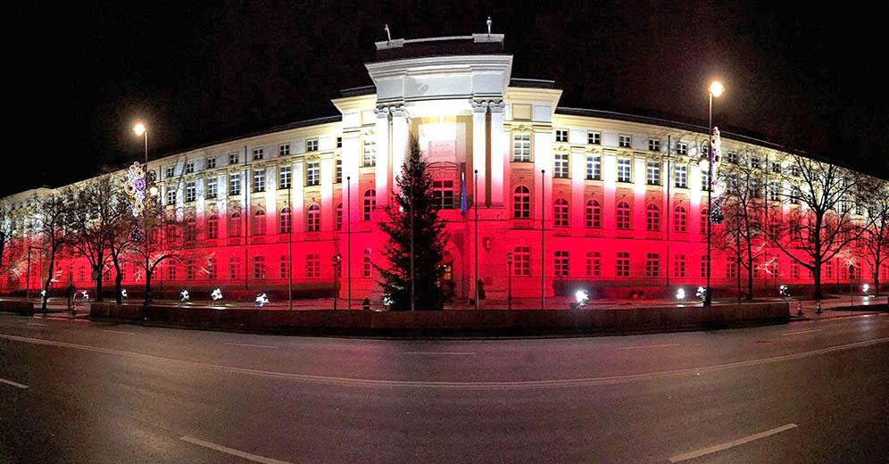 Здание парламента Польши в цветах национального флага