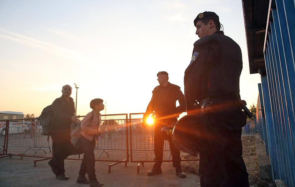 Мигранты и европейские полицейские
