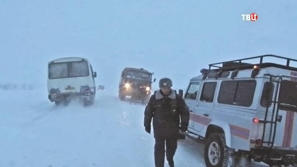 Работа спасателей МЧС во время снежного бурана