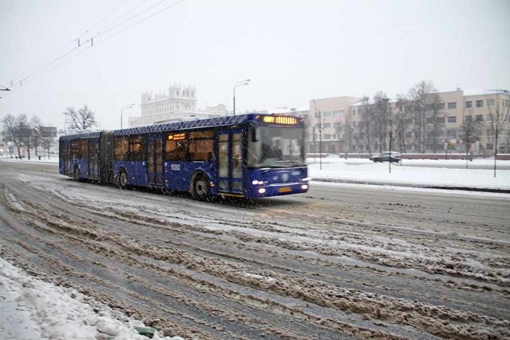 Общественный транспорт во время снегопада