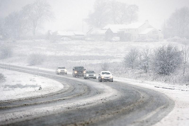 Движение по трассе во время снегопада
