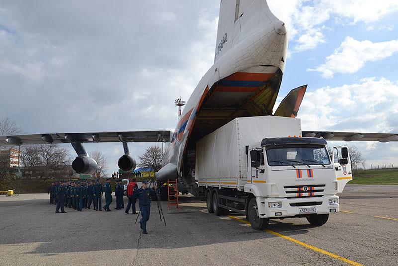 Разгрузка самолета МЧС России