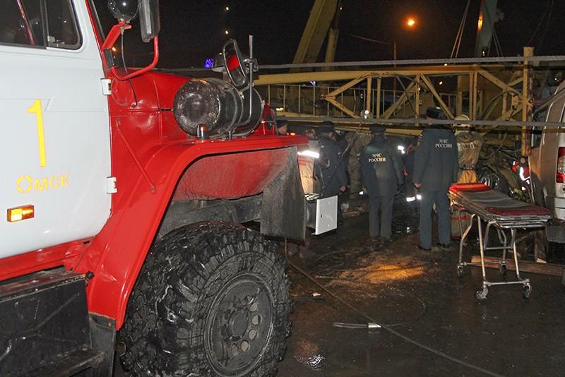Сотрудники МЧС РФ ликвидируют последствия падения башенного крана в Омске