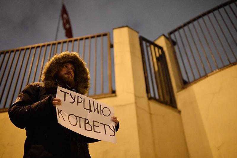Молодой человек с плакатом во время акции протеста у посольства Турции в Москве