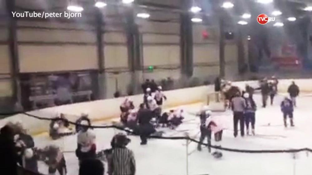 """Драка между детскими хоккейными командами """"Трактор"""" и """"Металлург"""""""