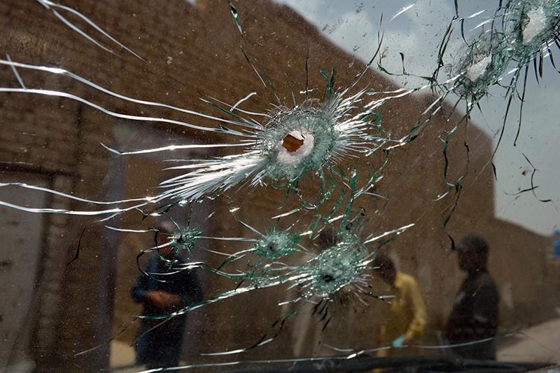 Пулевые отверстия в лобовом стекле полицейской машины на месте спецоперации в Пакистане