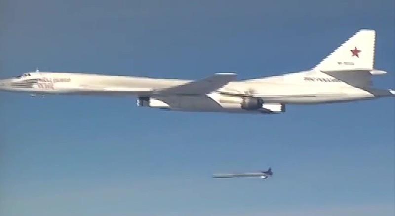 Запуск крылатой ракеты X-555 со стратегического бомбардировщика-ракетоносца Ту-160