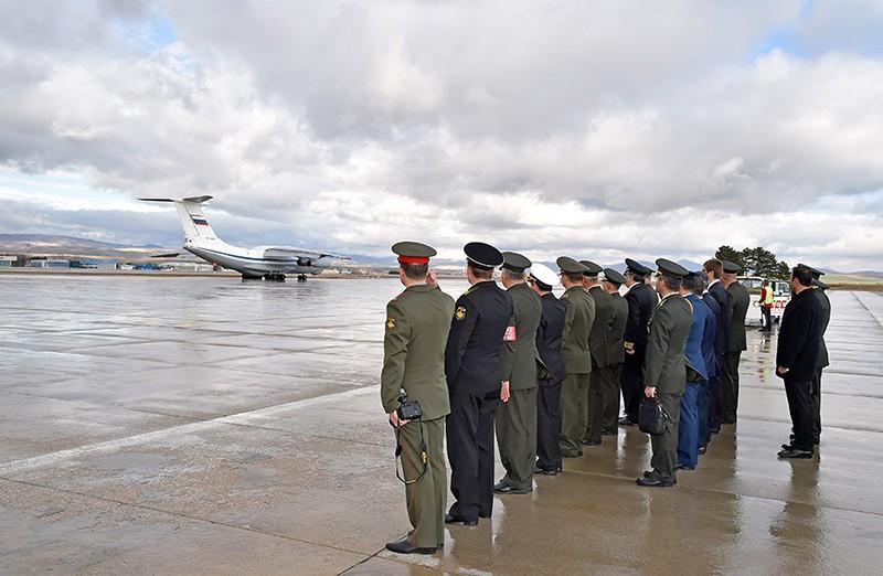 Российский военно-транспортный самолет с телом российского летчика Су-24 Олега Пешкова