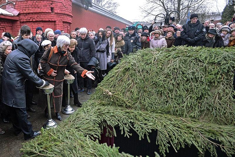 Церемония похорон кинорежиссера Эльдара Рязанова на Новодевичьем кладбище в Москве
